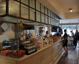 Crème Karamel interior